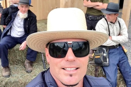 Vanilla Ice takes an Amish selfie...or as they call it a 'self-portrait'.